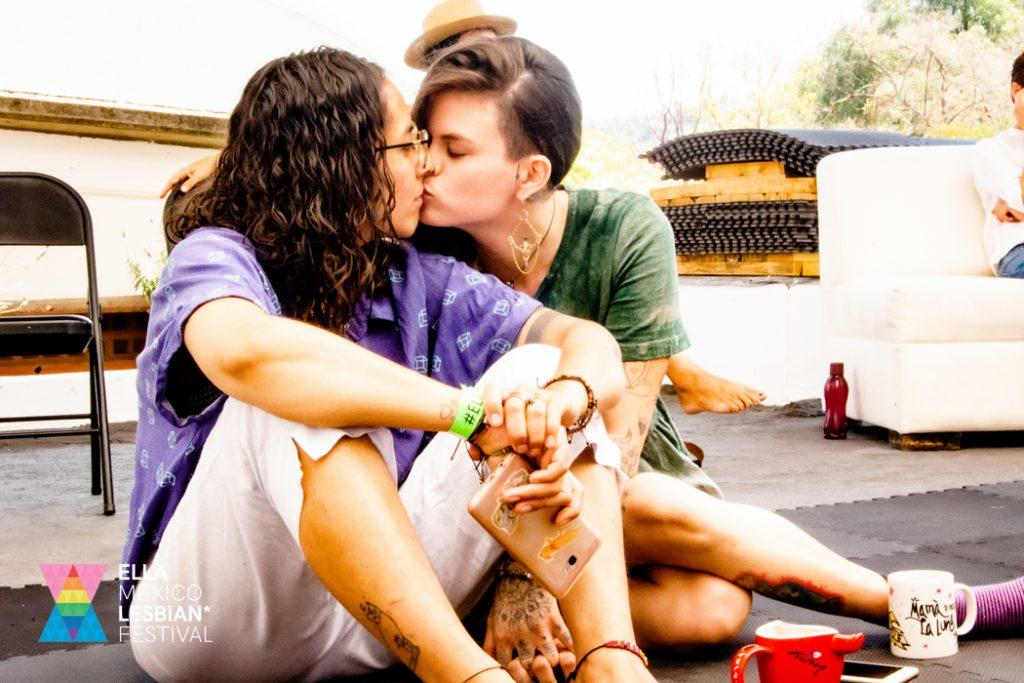 Dos chicas lesbianas besandose