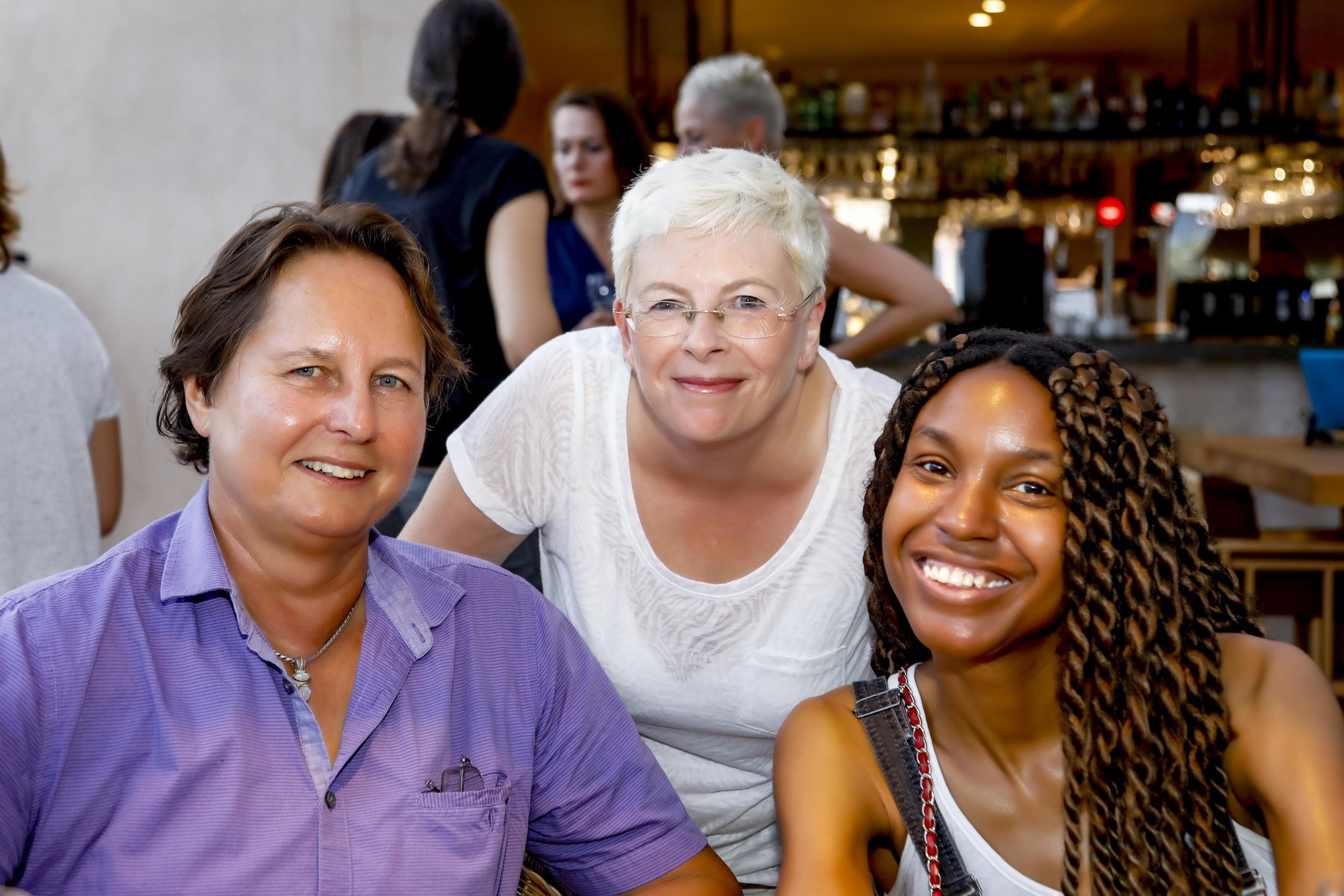 Mujeres diversas en una reunión de ELLA Global community