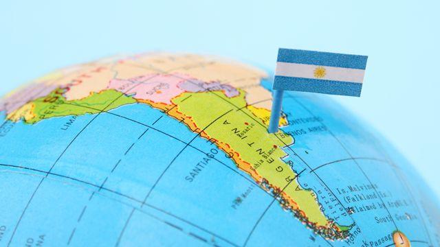 Globo de Mapa mundi señalando la ubicación de argentina con un pin de bandera